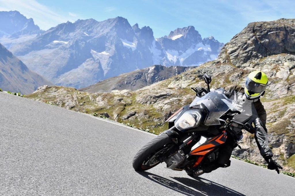 motocycliste dans les alpes